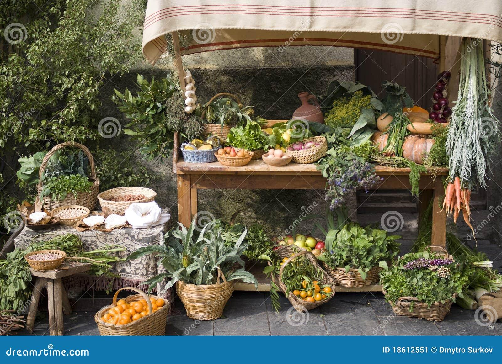 Medeltida säljande stall för fruktmarknad