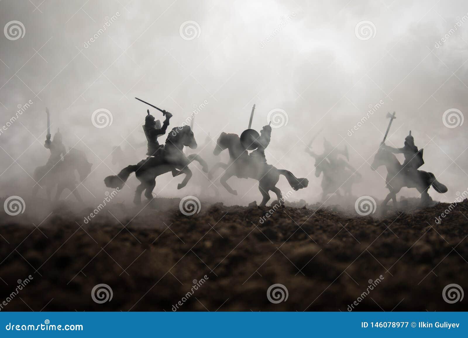 Medeltida stridplats med kavalleri och infanteri Konturer av diagram som separata objekt, kamp mellan krigare p? solnedg?ng