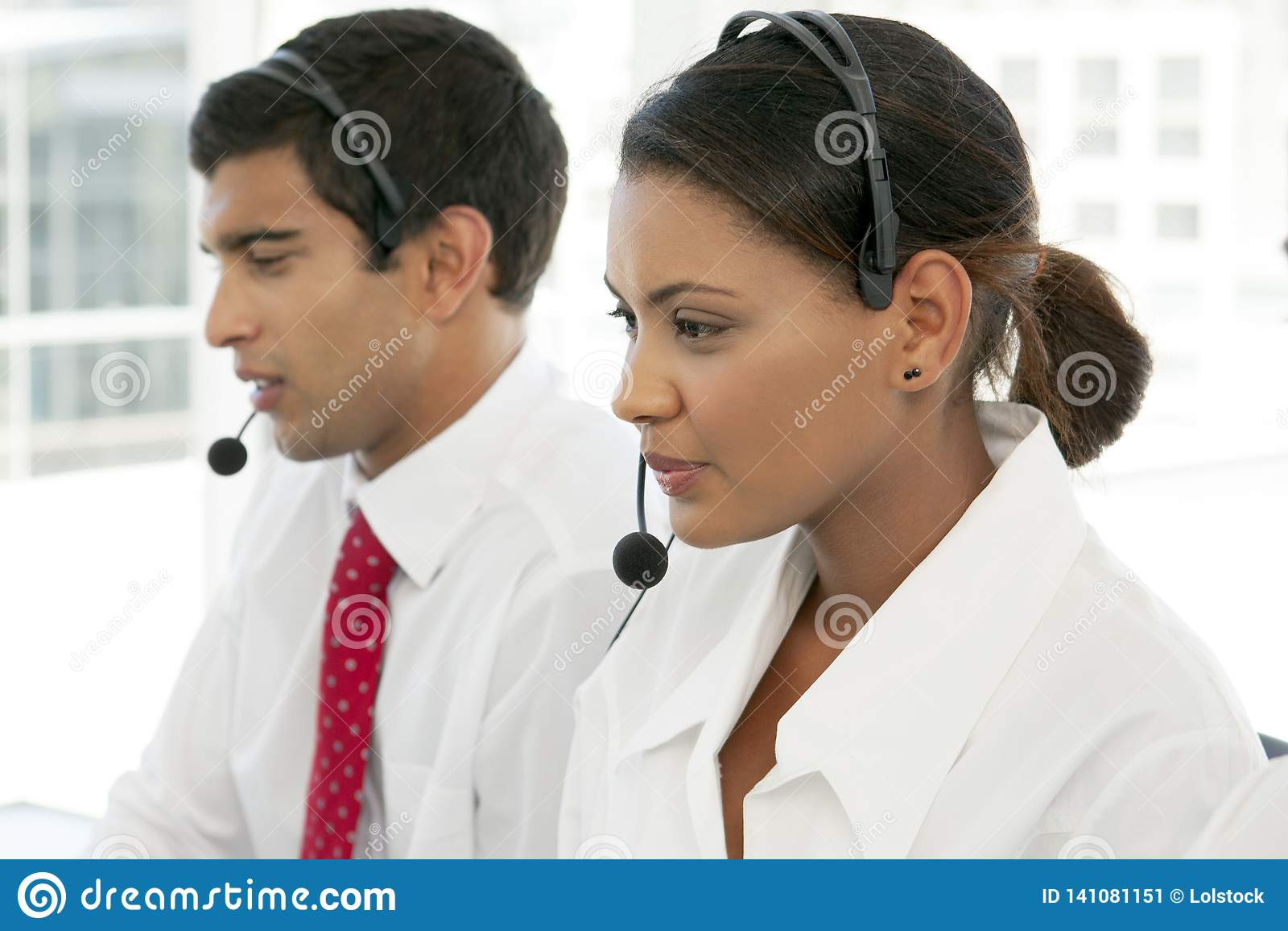 Medewerker van de klantenservices aan het werk in multi-etnisch call centre