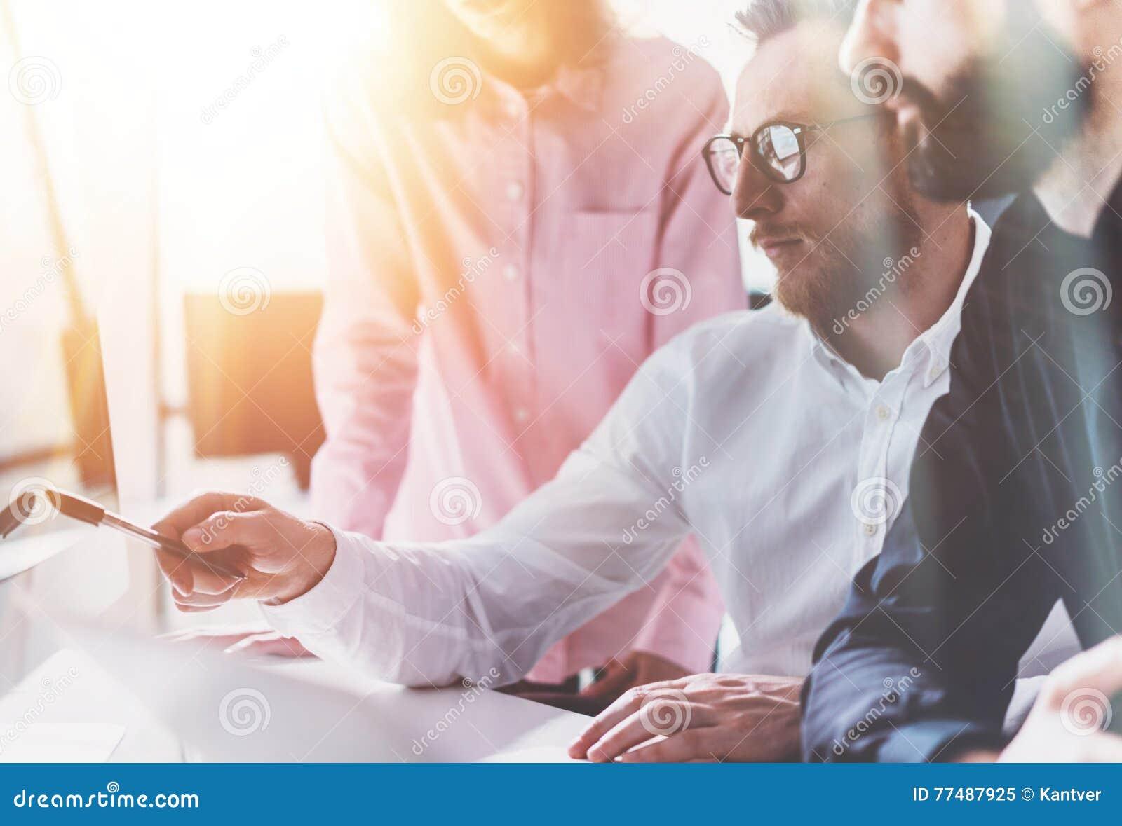 Medewerkers Commercieel Vergaderingsproces Sunny Modern Office Het schaak stelt bischoppen voor Groepsjongeren die samen Opstarte