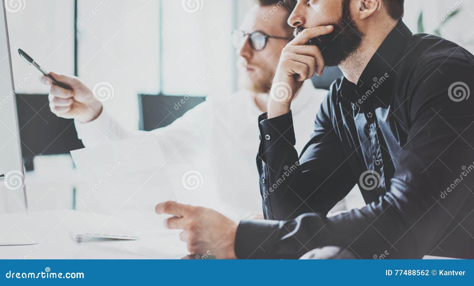 Medewerkers Commercieel Vergaderingsproces Sunny Office Het Moderne Concept van het close-upgroepswerk Twee Jong Gebaard Guy Disc