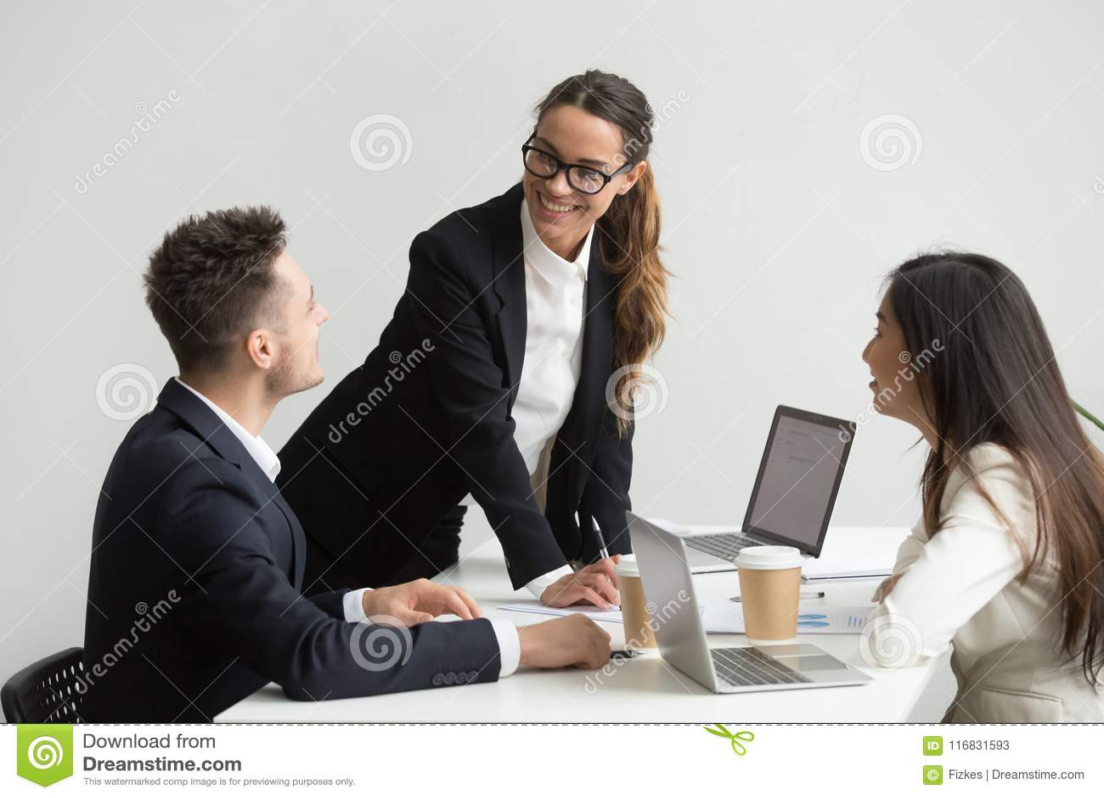 Medewerkers die folders en rapporten analyseren tijdens vergadering
