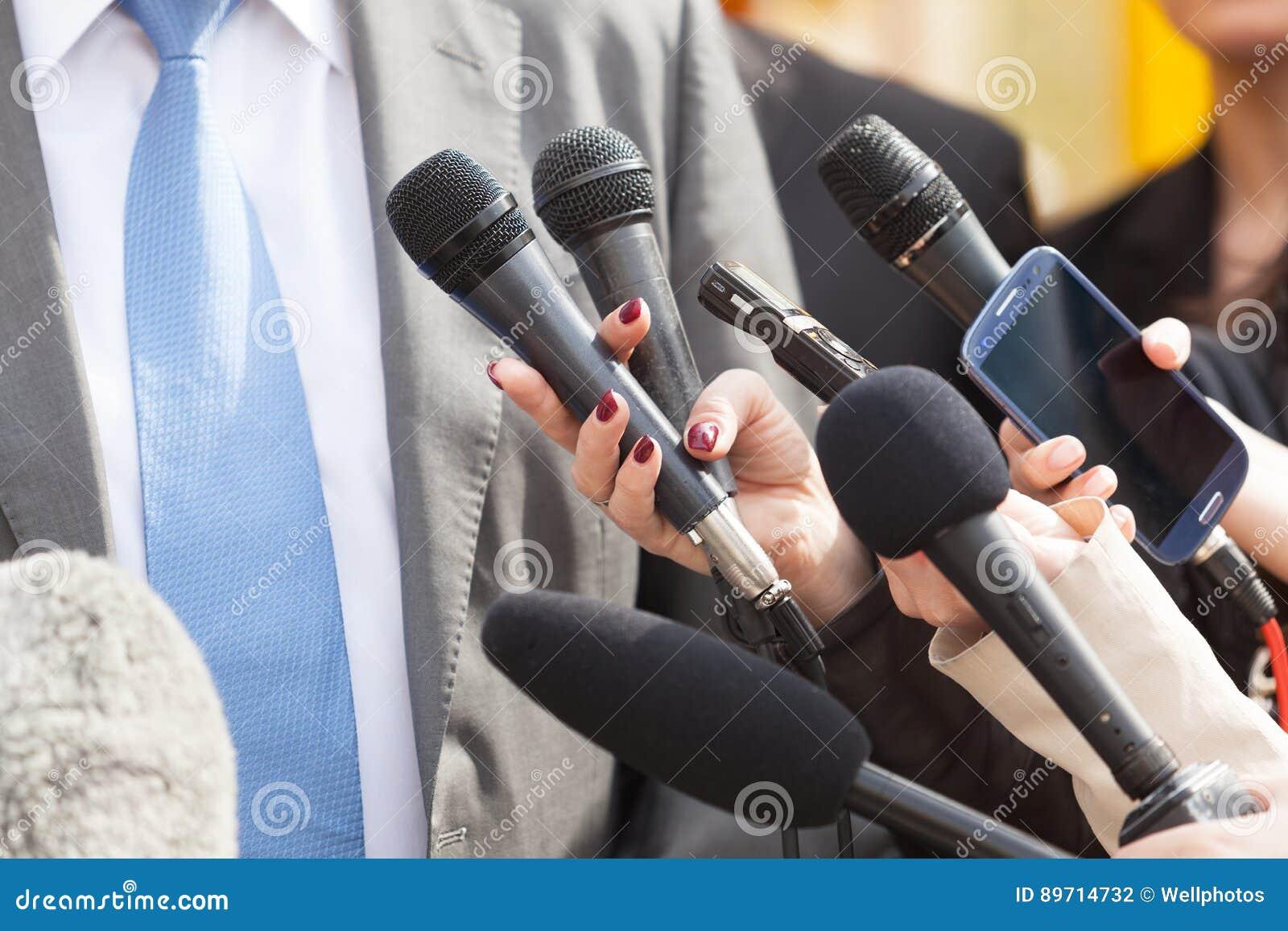 Media gesprek Microfoons die op witte achtergrond worden geïsoleerd
