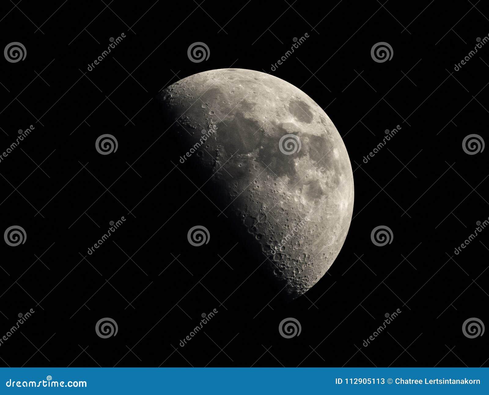 Media luna en el fondo oscuro del cielo