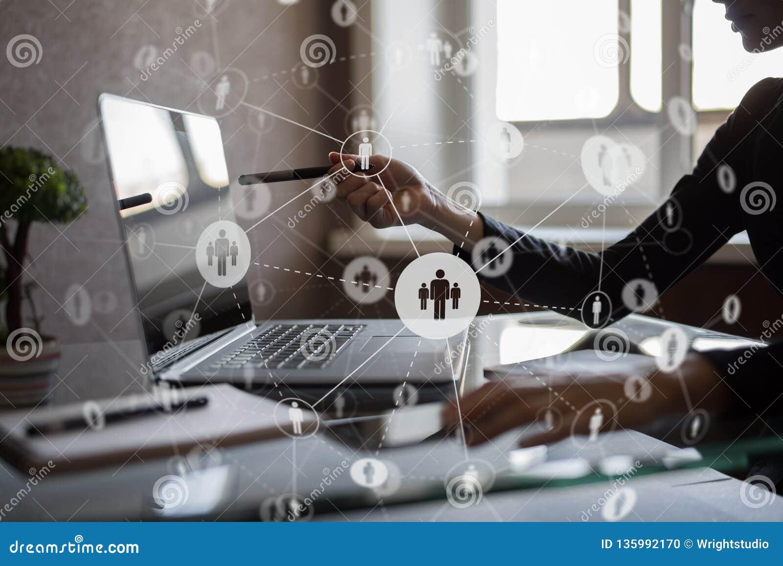 Media sociales Iconos de las relaciones de la gente en la pantalla virtual Concepto de Internet y de la tecnología