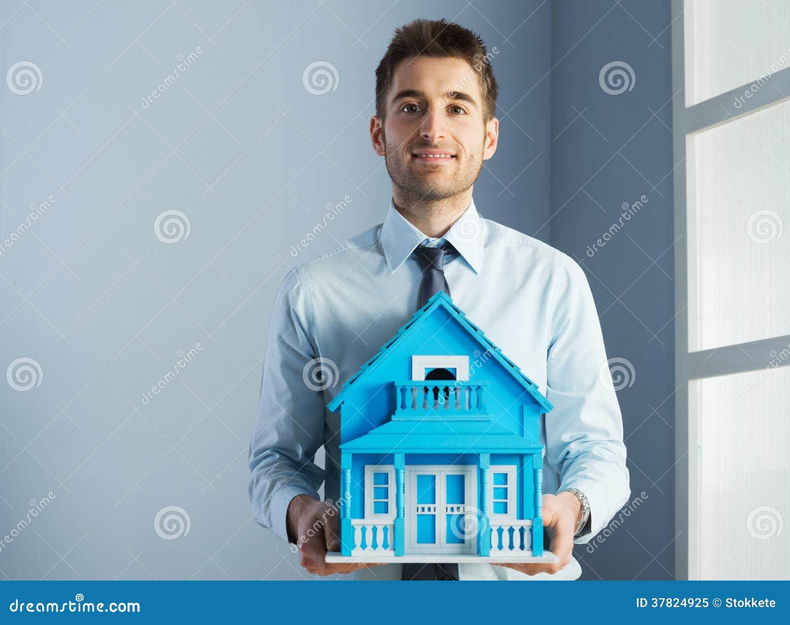 Mediador imobiliário com casa modelo