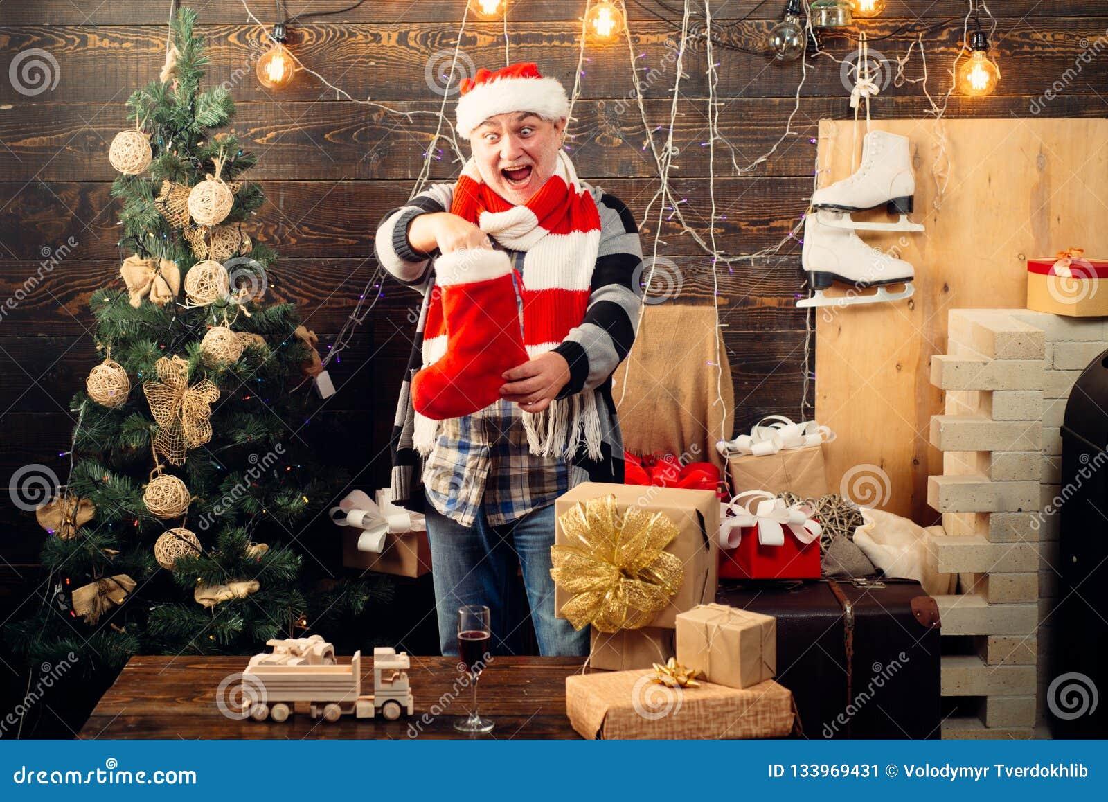 Medias de la Navidad Santa divertido desea Feliz Navidad y Feliz Año Nuevo Muchos ornamentos y regalos del día de fiesta Feliz Añ