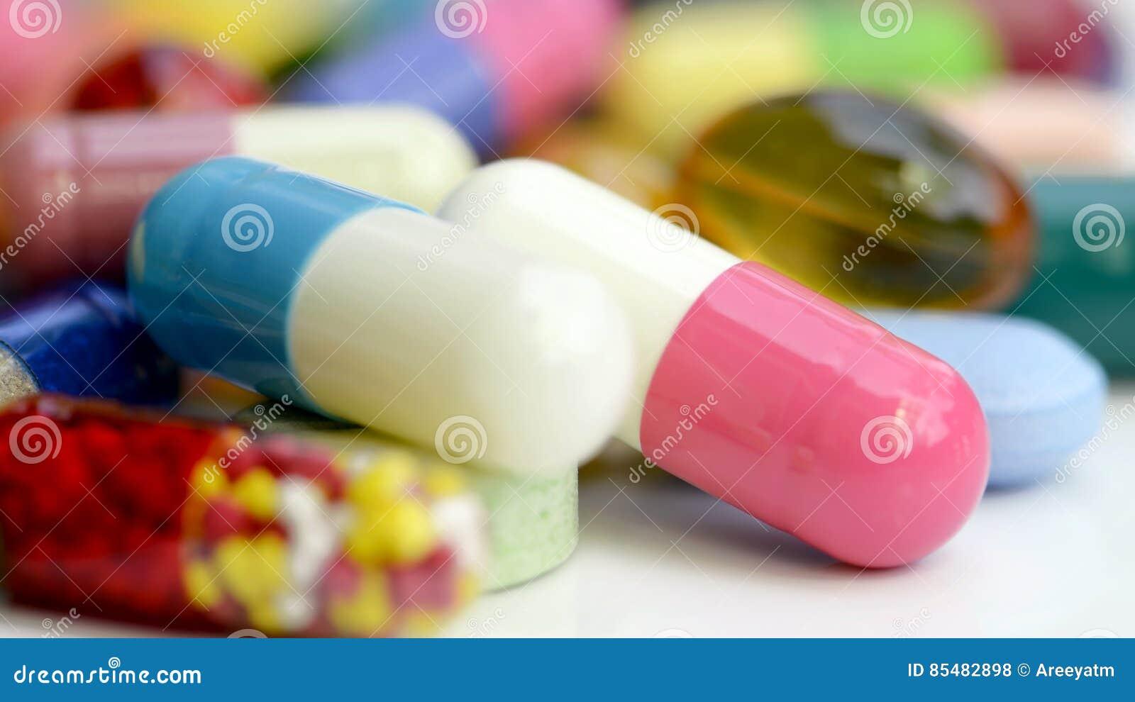 Medicaciones orales en el fondo blanco
