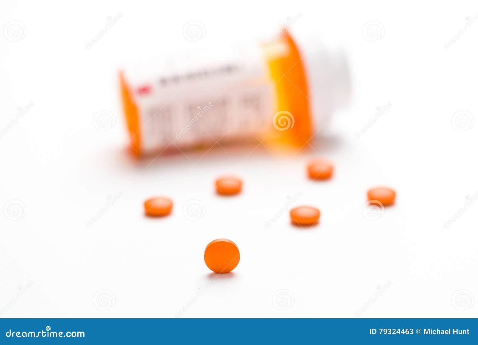 Medicamentação, comprimidos que derramam para fora em uma superfície branca