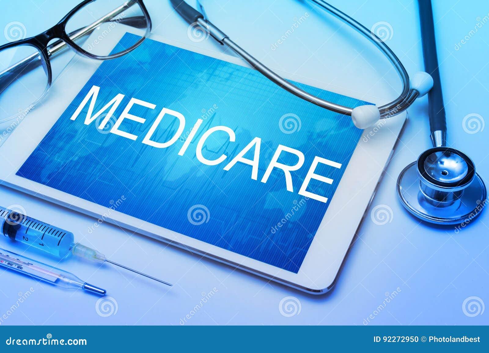 Medicare-Wort auf Tablettenschirm mit medizinischer Ausrüstung
