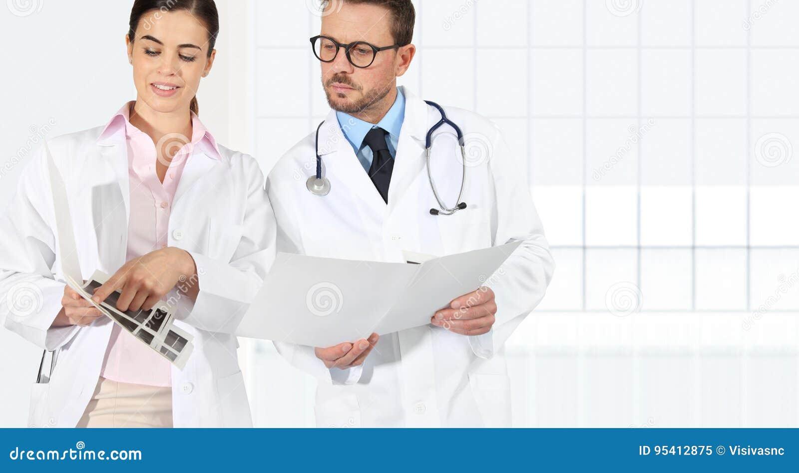 Medici con le cartelle sanitarie, concetto di consulto