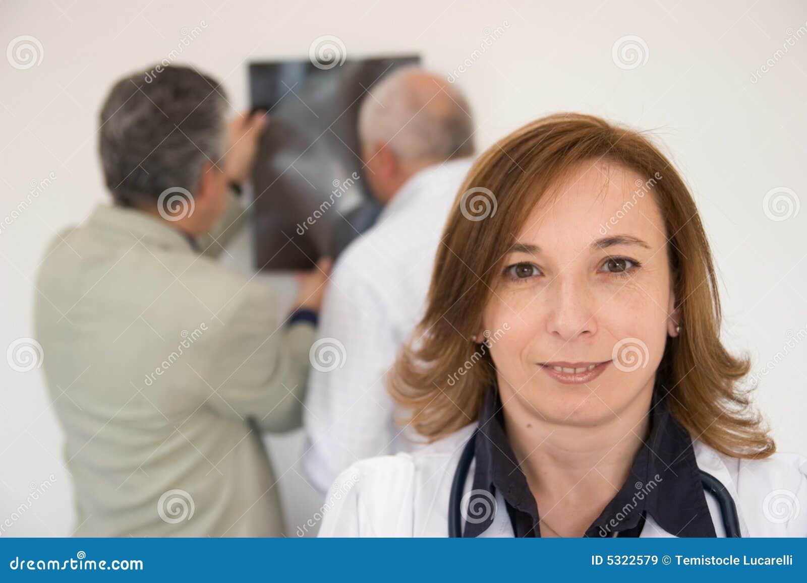 Download Medici sul lavoro immagine stock. Immagine di radiografia - 5322579