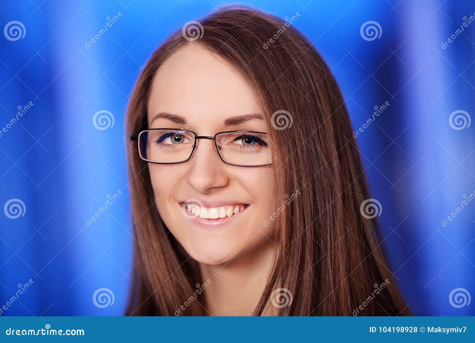 Medicina El retrato del headshot del primer de amistoso, alegre, sonriendo, la mujer confiada, profesional de la atención sanitar
