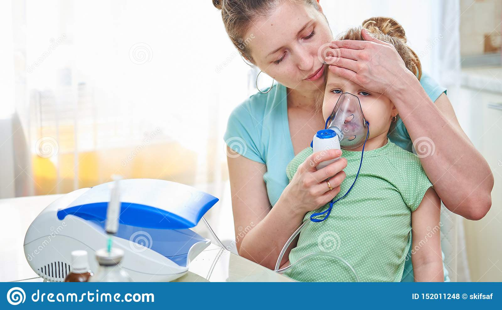 Medicina na tabela a mulher guarda a criança, verifica a temperatura aplicando uma palma à cabeça da criança Eu sinto mau