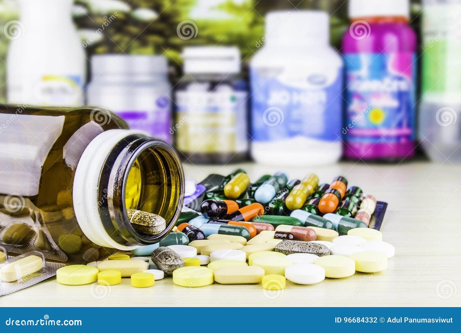 Medicina ou cápsulas Prescrição da droga para a medicamentação do tratamento Medicamento farmacêutico, cura no recipiente para a
