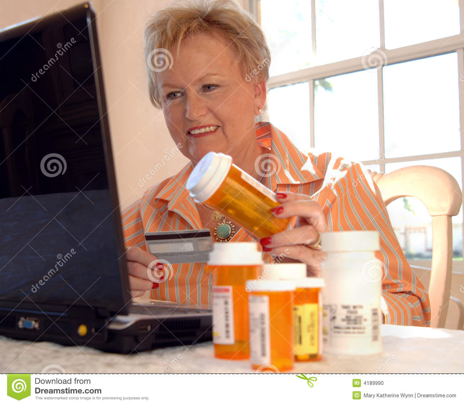Medicina que ordena de la mujer mayor en línea