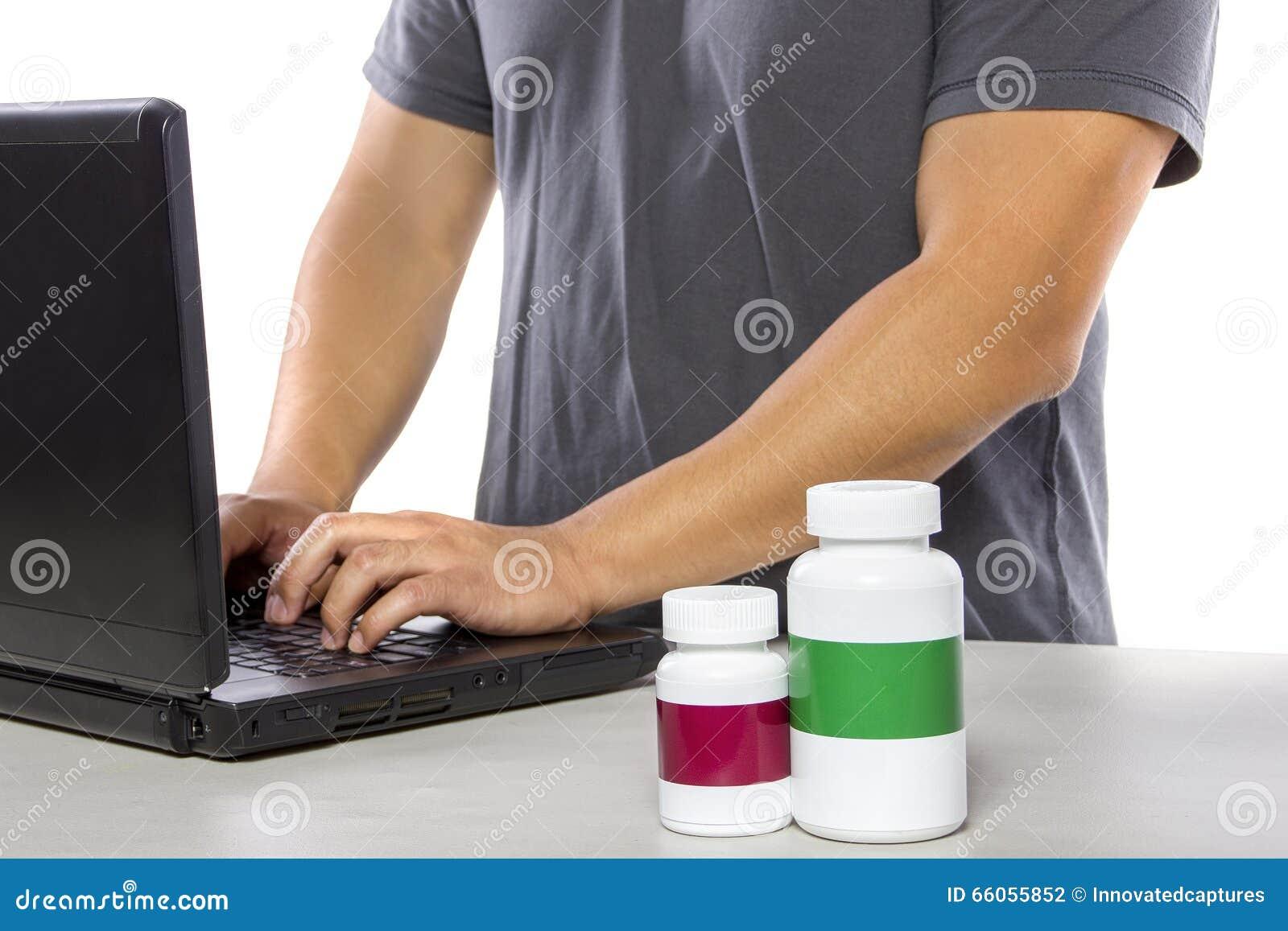 Medicina que ordena en línea o que firma para arriba para el seguro médico