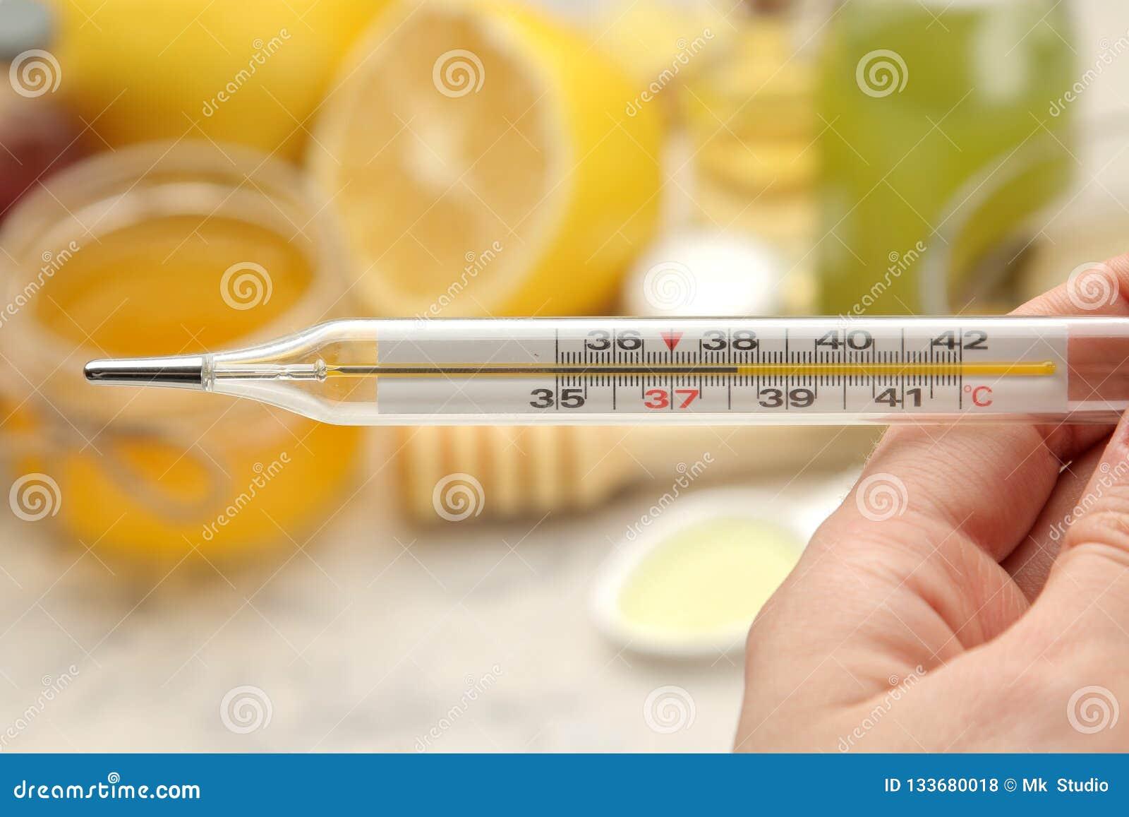 Medicinas de Kru do termômetro várias para a gripe e remédios frios em uma tabela de madeira branca frio doenças frio flu