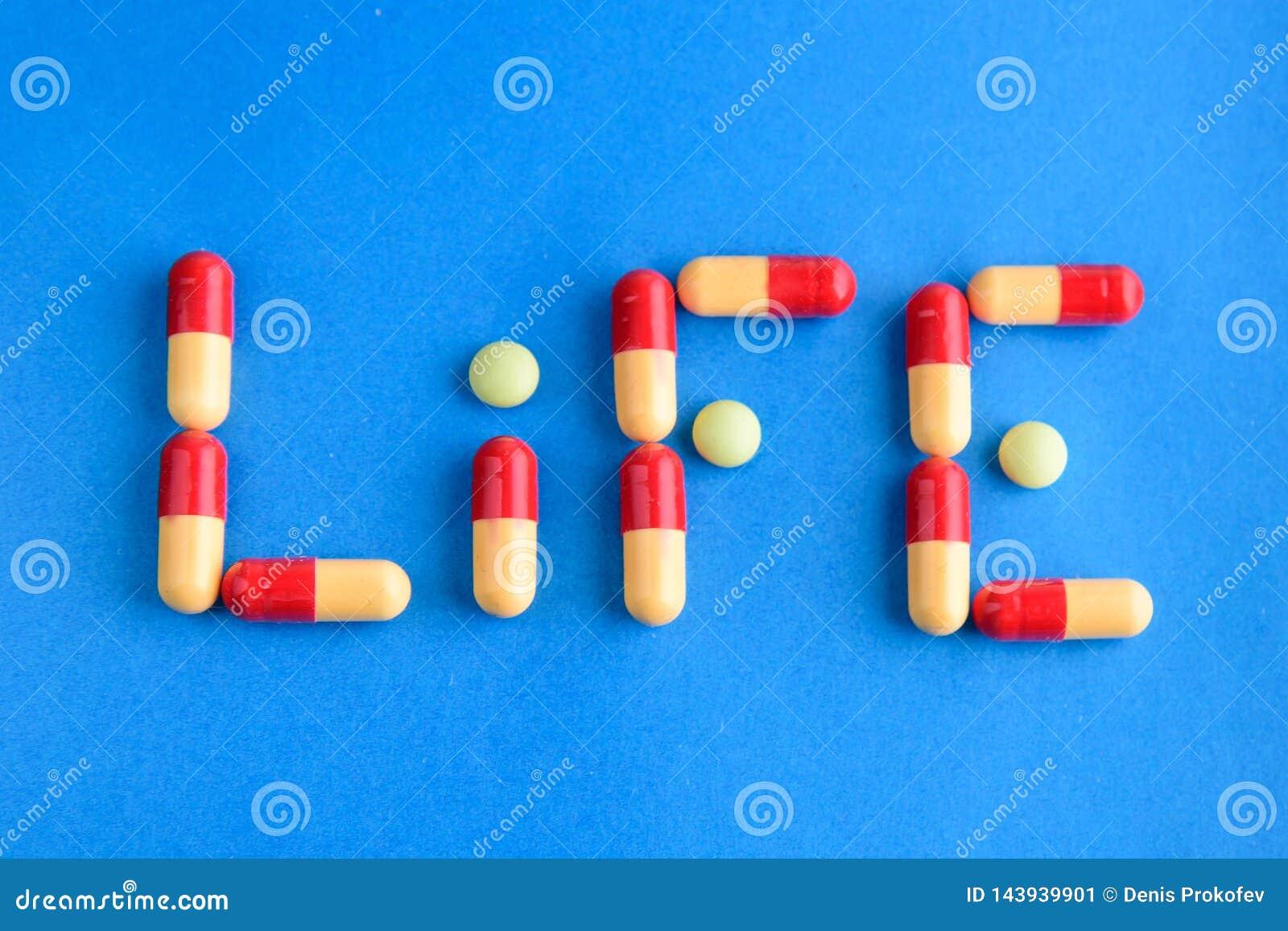 Medicinas y p?ldoras en fondo azul