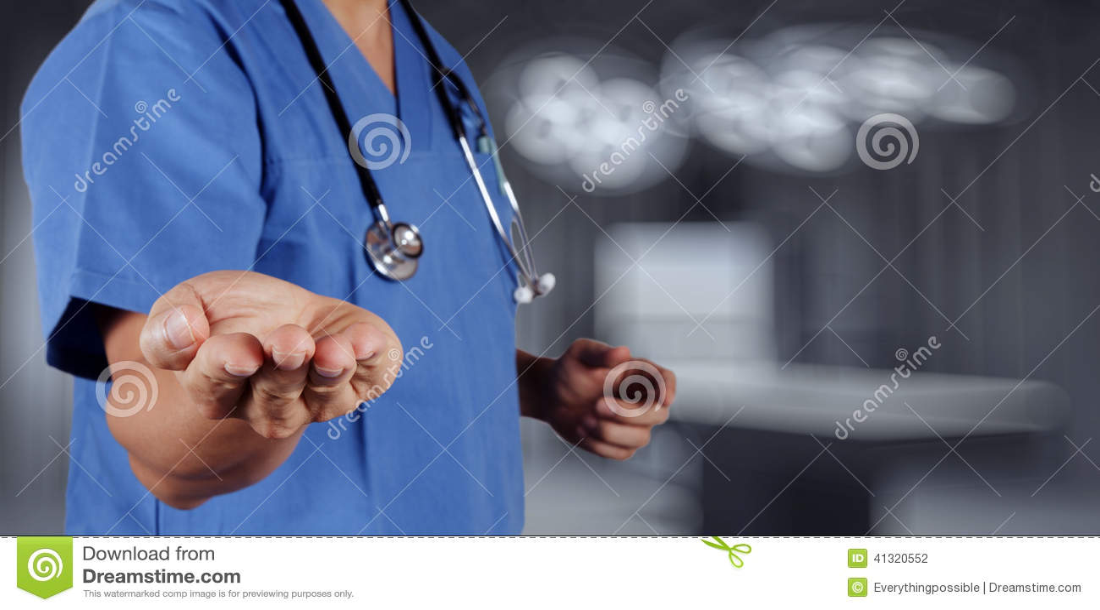 Medicindoktorshand som arbetar med den moderna datormanöverenheten