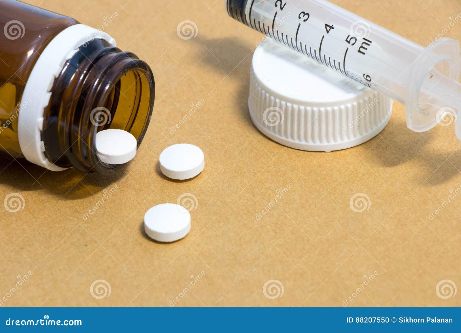 Mediciner i en flaska med injektionssprutan, medicinsk injektion