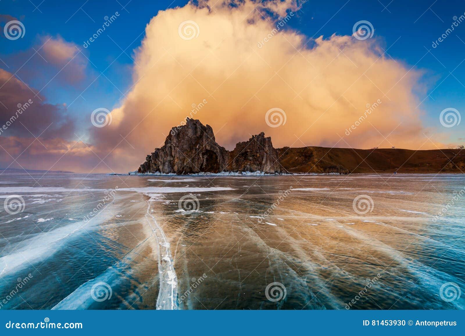 Medicinman Rock på solnedgången Lake Baikal Sibirien