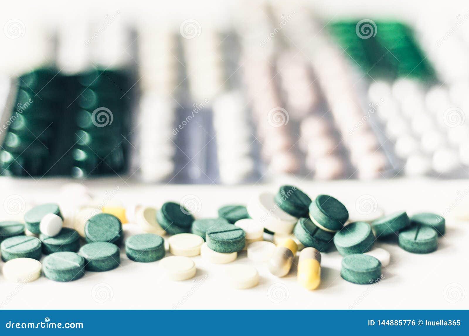 Medicinpiller eller kapslar ?stadkommer bl?sor p? packen p? vit bakgrund med kopieringsutrymme Drogrecept f?r behandlingl?karbeha