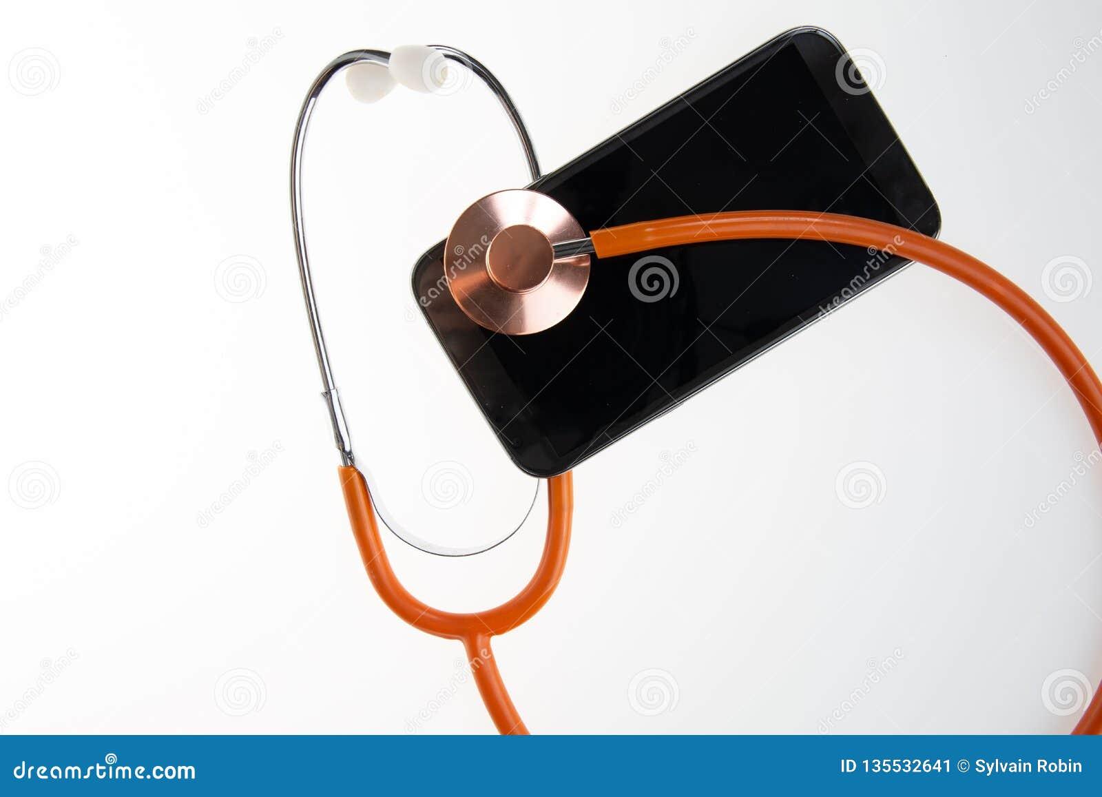 Medicinsk begreppssmartphone och stetoskop för diagnostisk hälsoproblem via mobiltelefonen