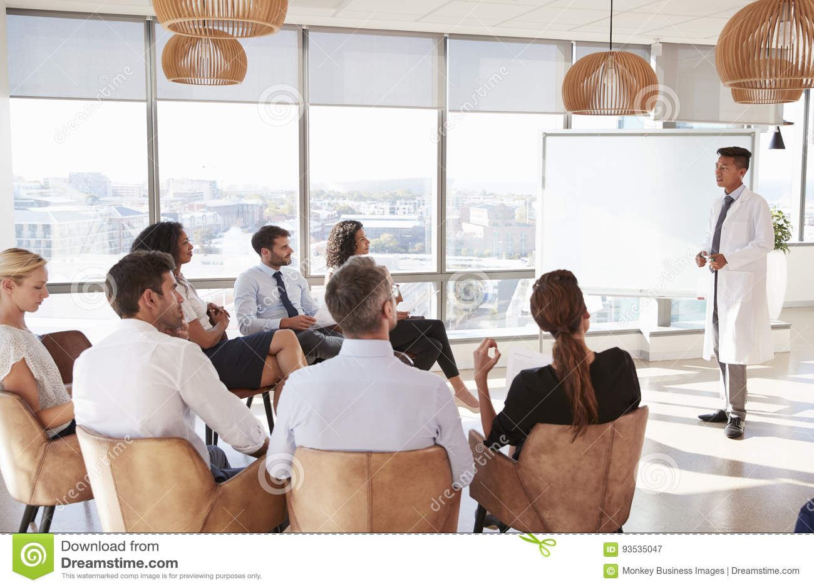 Medicinsk personal för doktor Making Presentation To i sjukhus