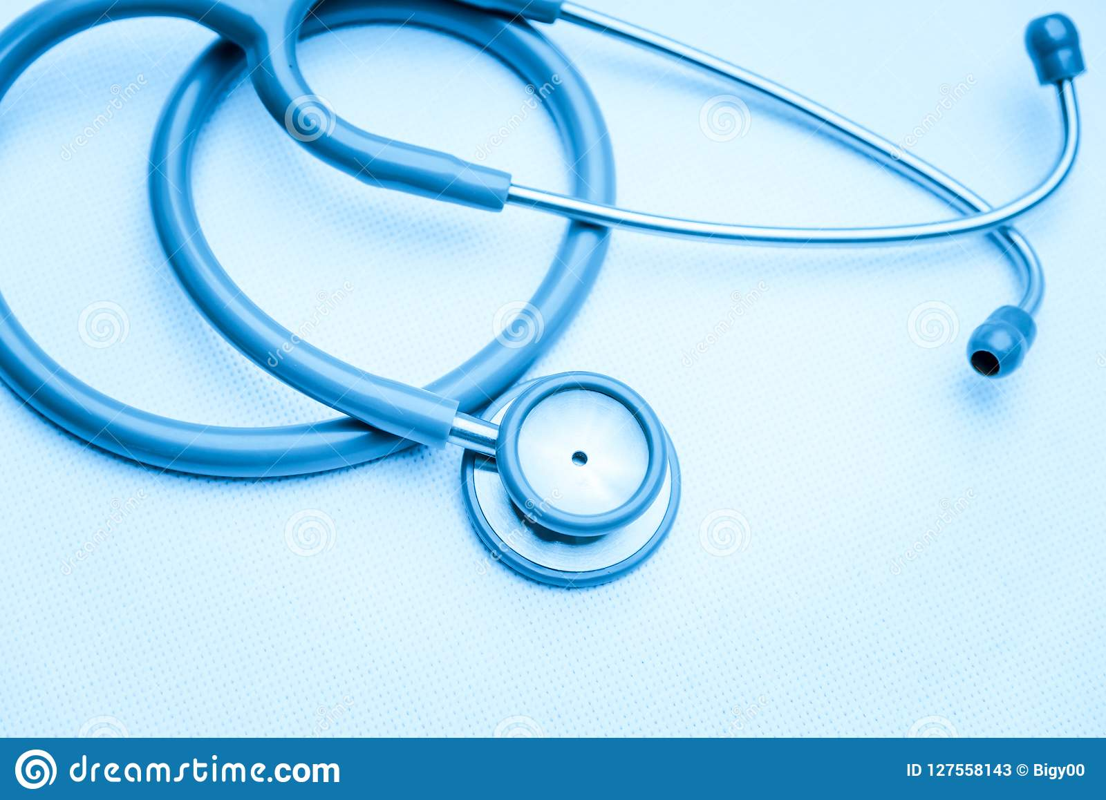 Medicinsk utrustning för stetoskop på vit kanfas instrumenterar apparaten för doktor stetoskop för pengar för begreppsliesmedicin