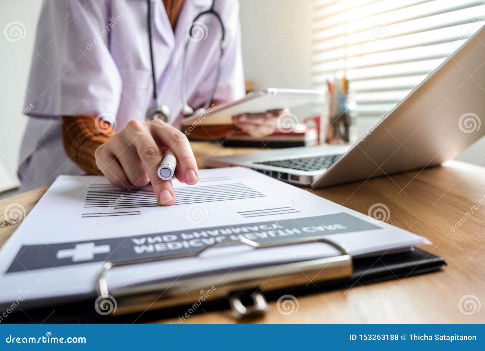 Medicinska teknologibegrepp som doktorn arbetar på en minnestavla