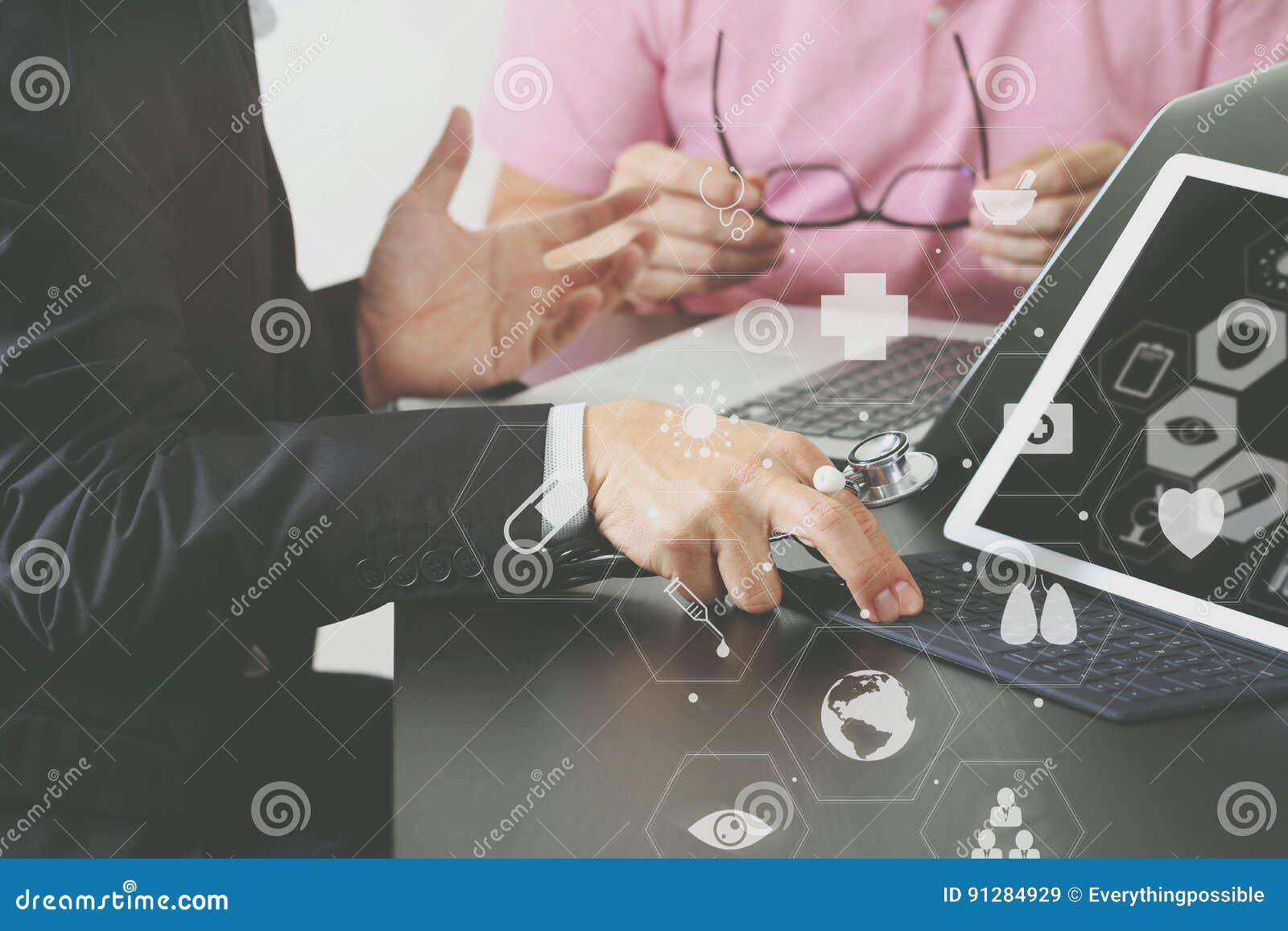 Medicinskt begrepp, doktor arbetar med den smarta telefonen, och D för Co som funktionsdugligt