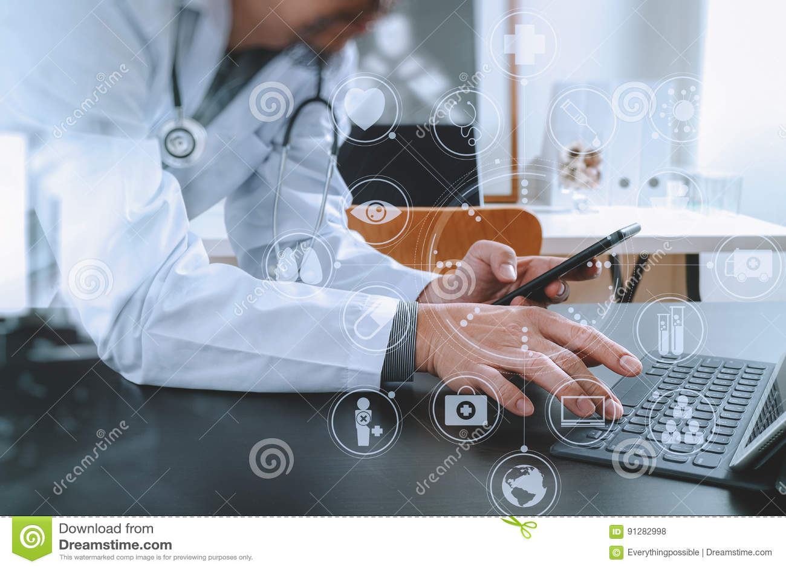 Medicinskt teknologibegrepp Doktor som arbetar med den smarta telefonen och