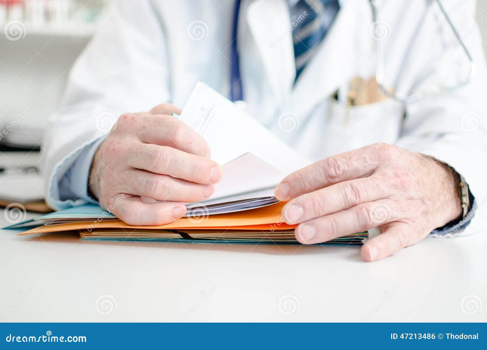 Medico che cerca un archivio
