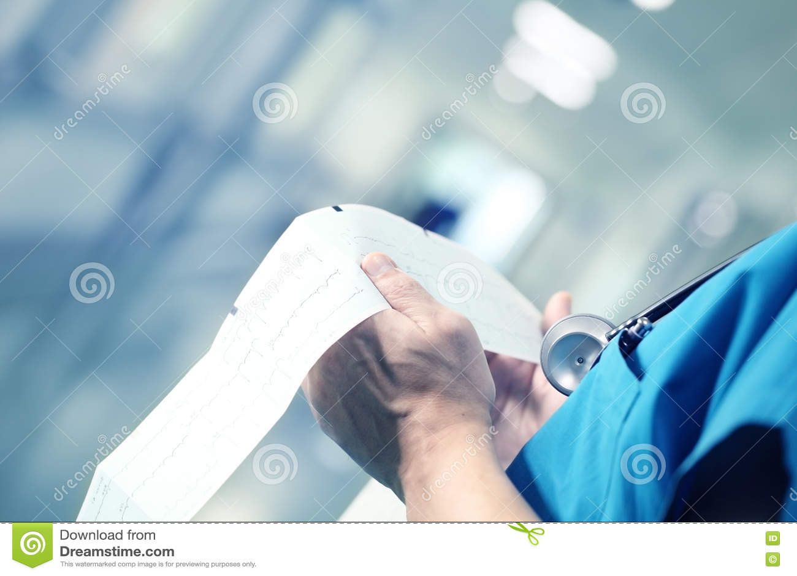 Medico che esamina ECG nel corridoio dell ospedale