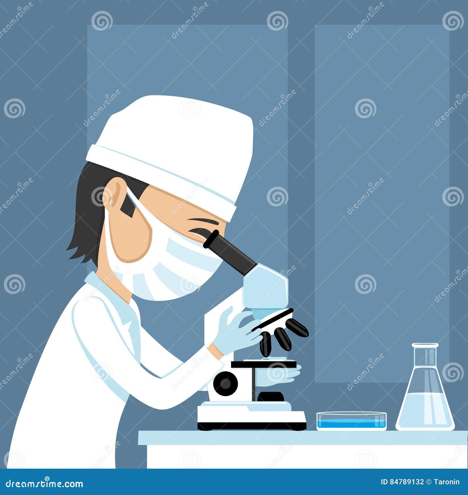 Medico che esamina un microscopio