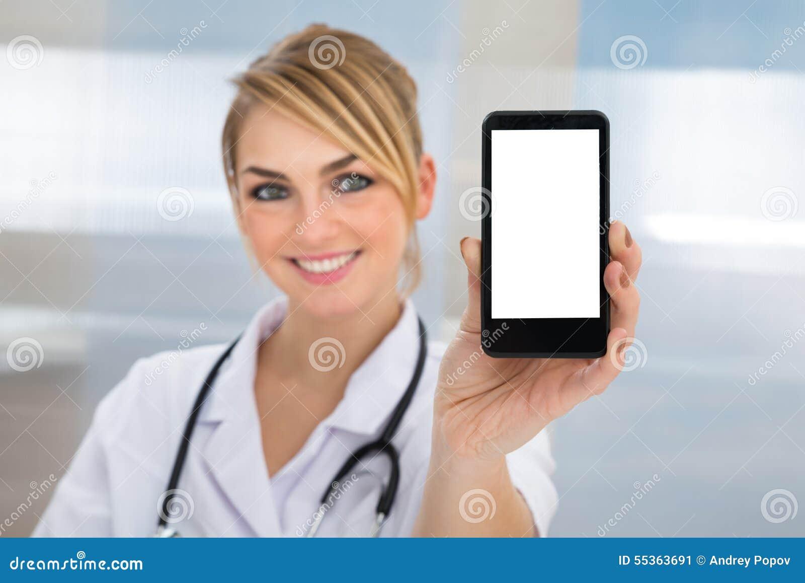 Medico che mostra cellulare