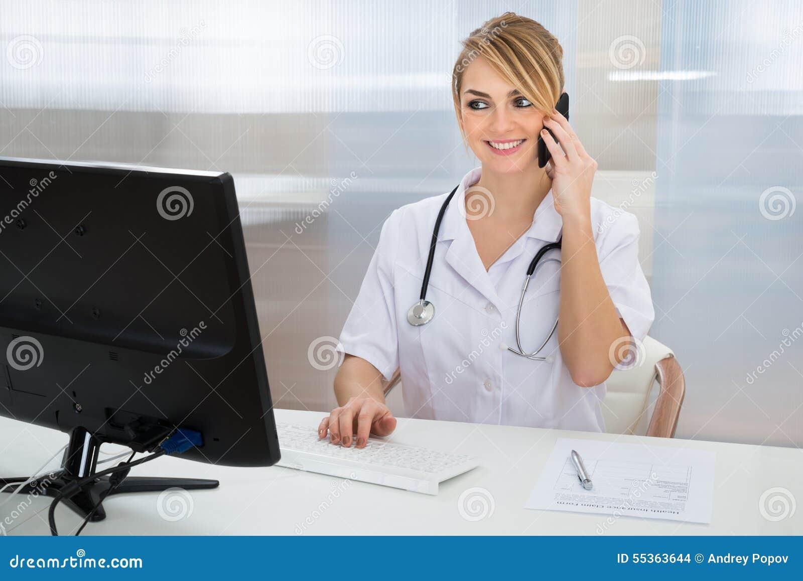 Medico che parla sul cellulare