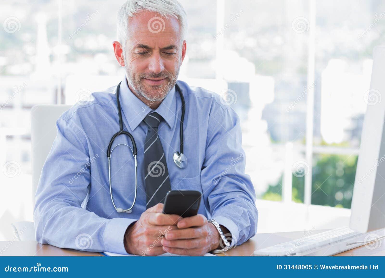 Medico che per mezzo del suo smartphone