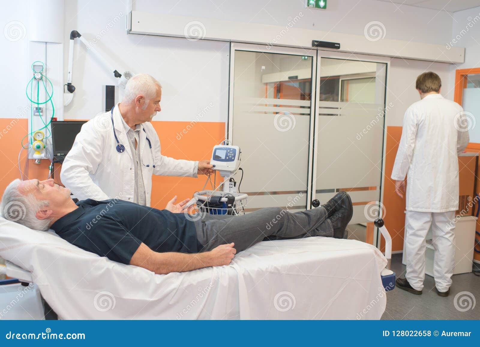 Medico che prende impulso del ` s dell uomo