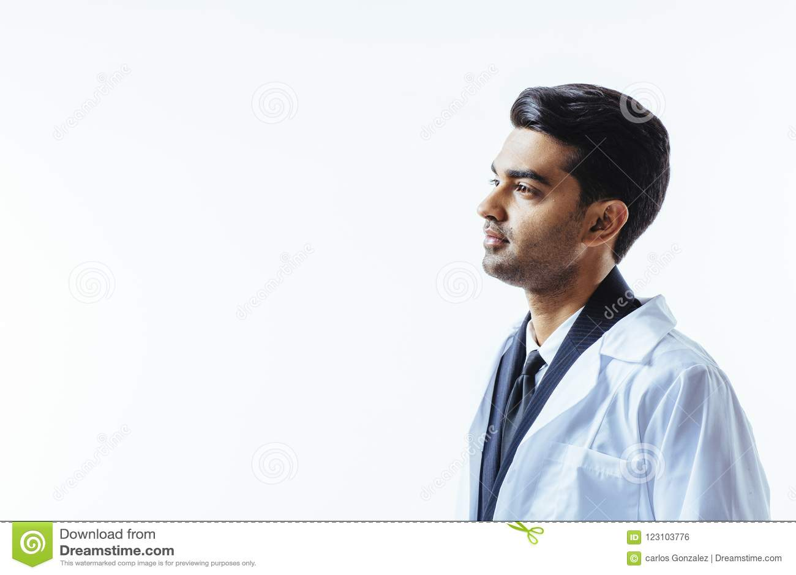 Medico che si domanda circa la cura