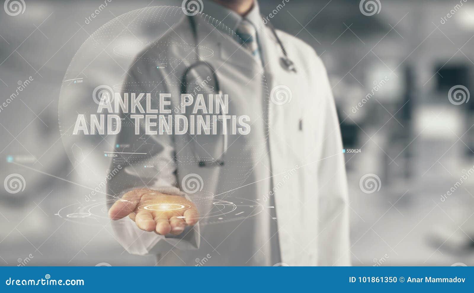 Medico che tiene dolore disponibile e la tendinite della caviglia
