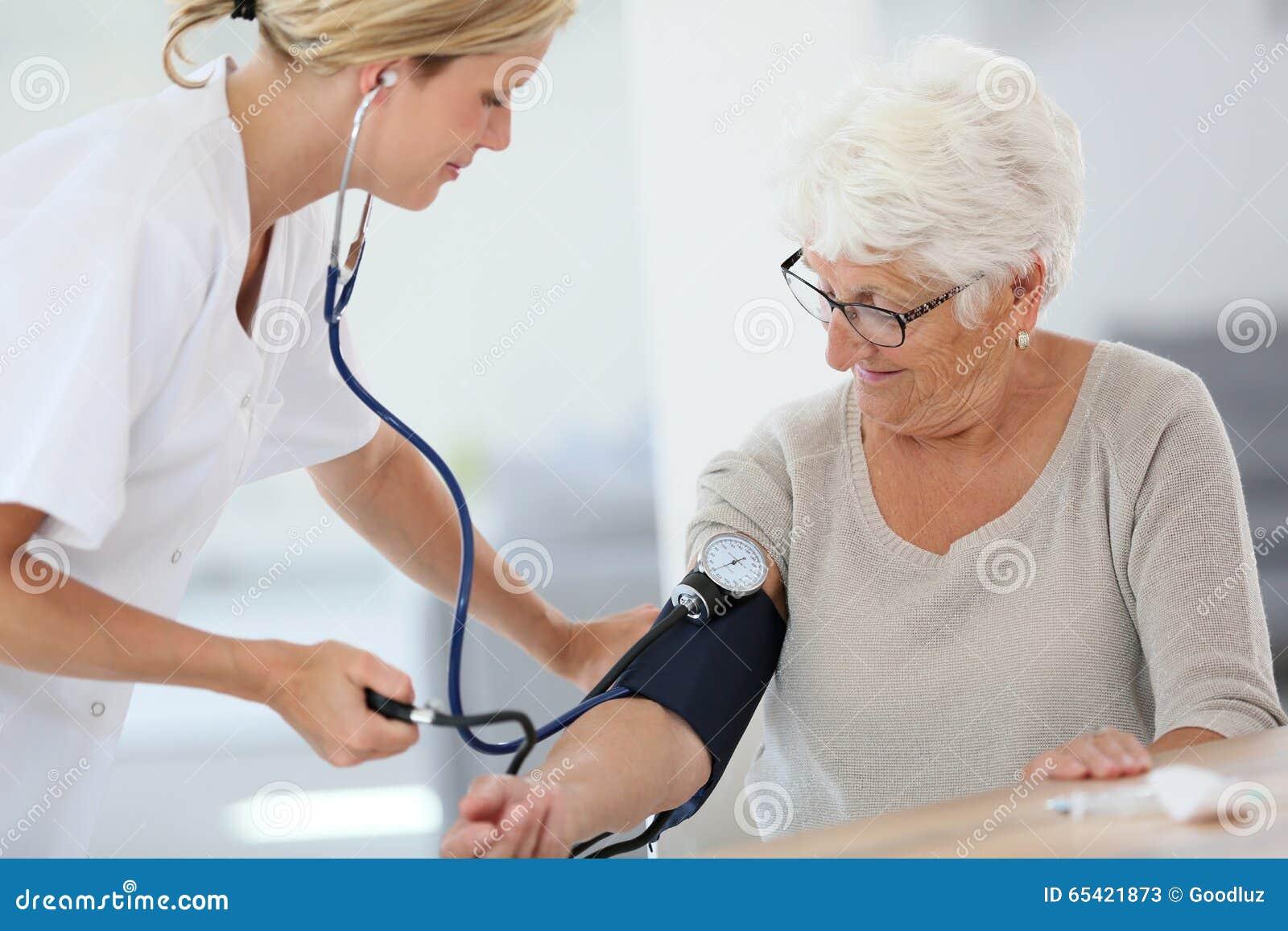 Medico Che Verifica La Pressione Sanguigna Del Paziente..