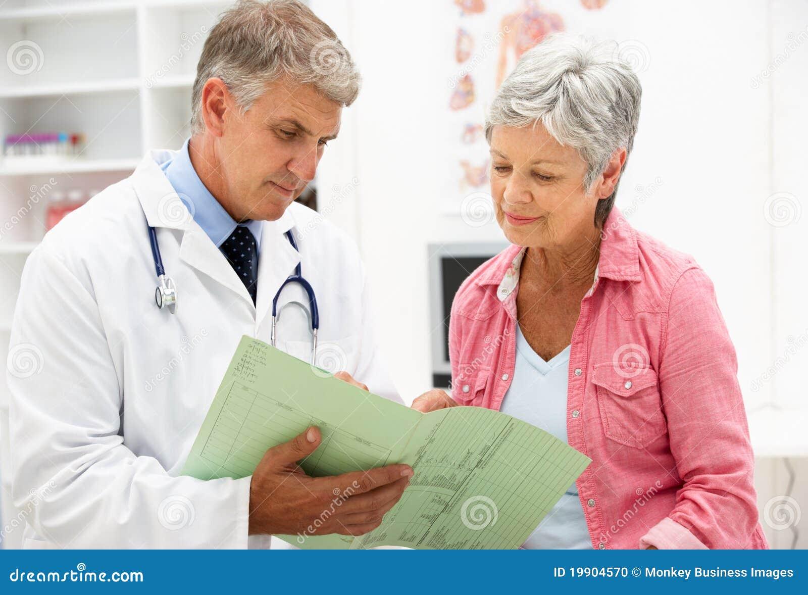 Medico con il paziente femminile
