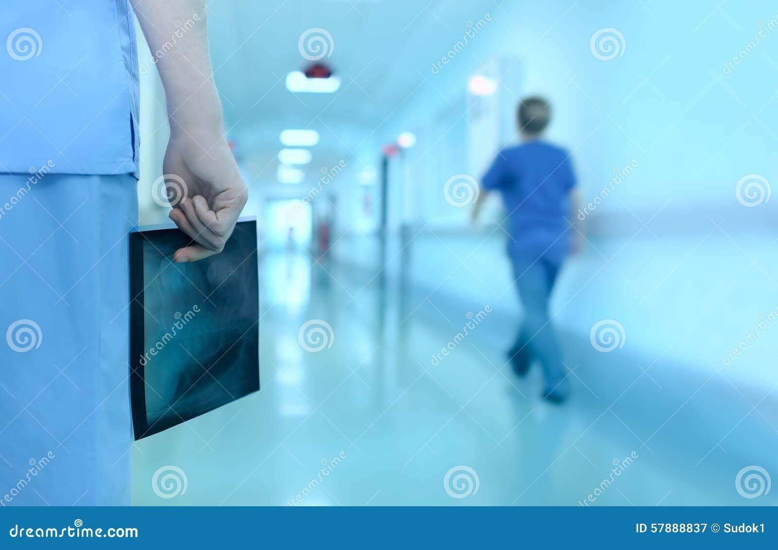 Medico con l immagine dei raggi x in corridoio dell ospedale