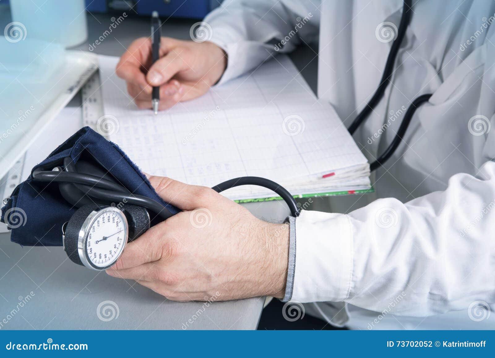 Medico con lo stetoscopio, i vetri e l abito