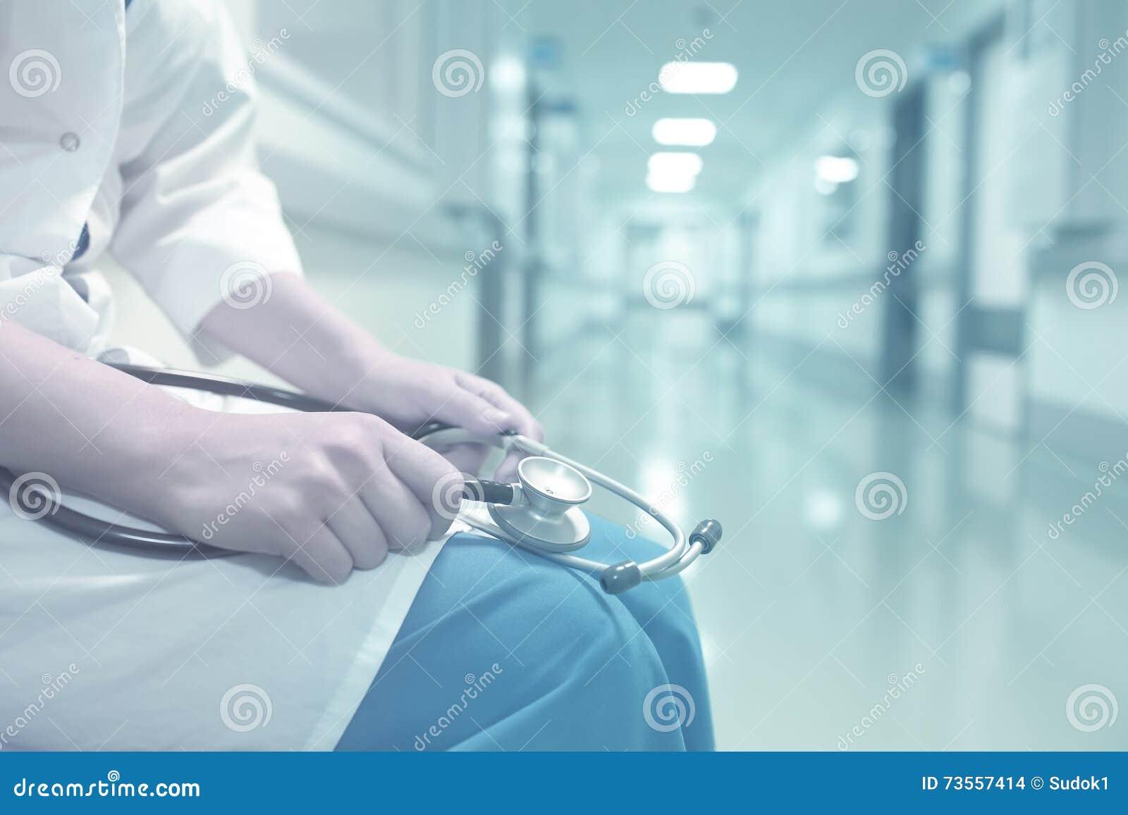 Medico in corridoio vuoto dell ospedale