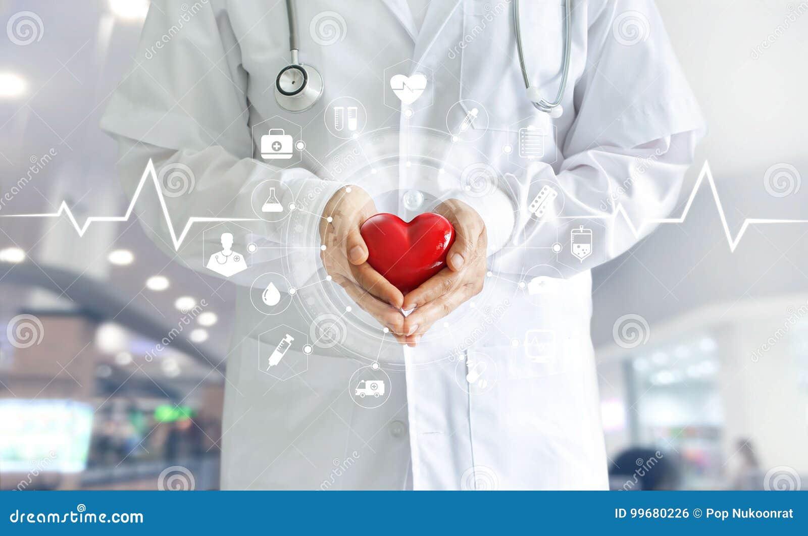 Medico della medicina che giudica forma rossa del cuore disponibila ed icona medica