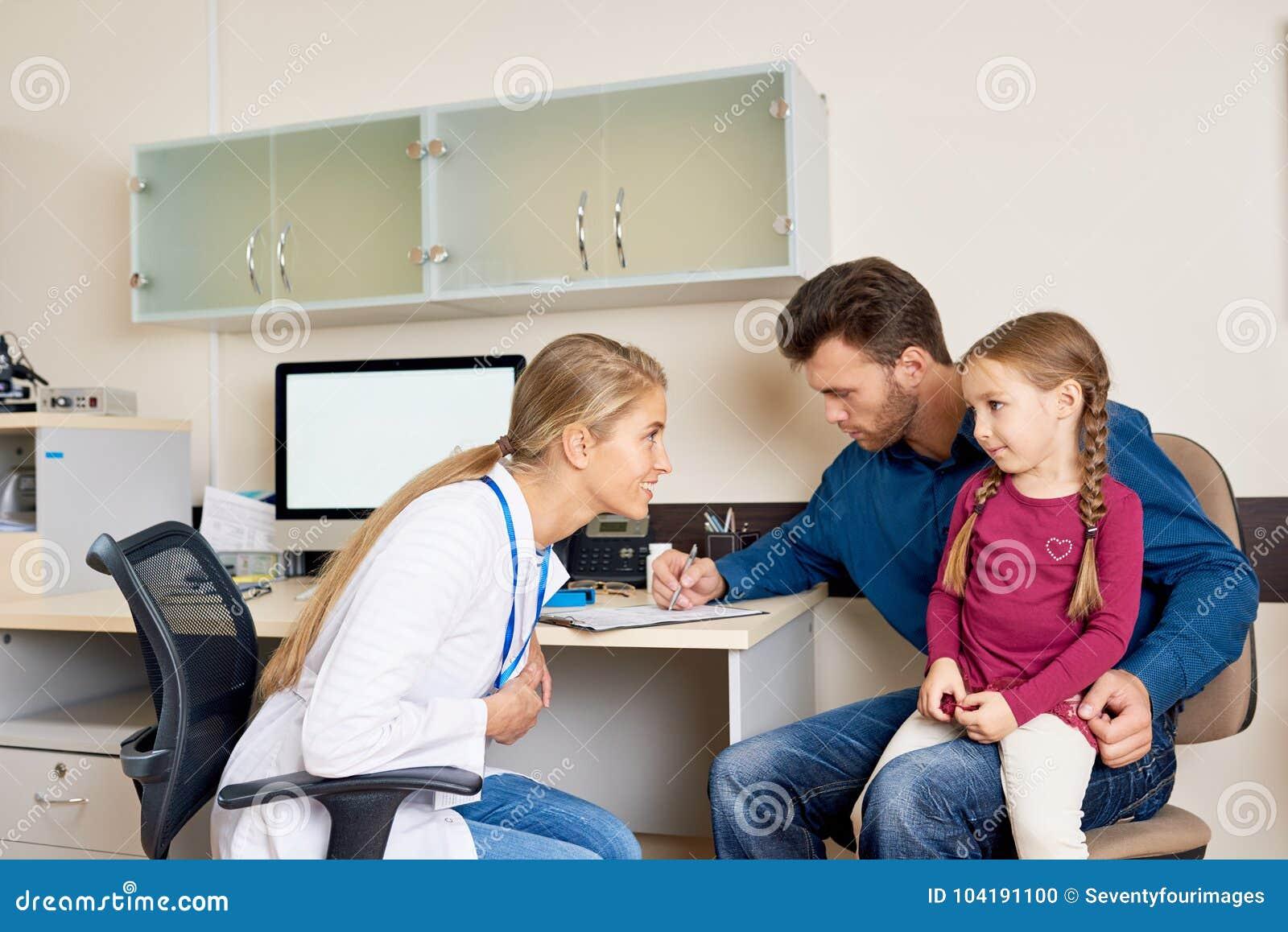 Medico di visita della figlia e del padre