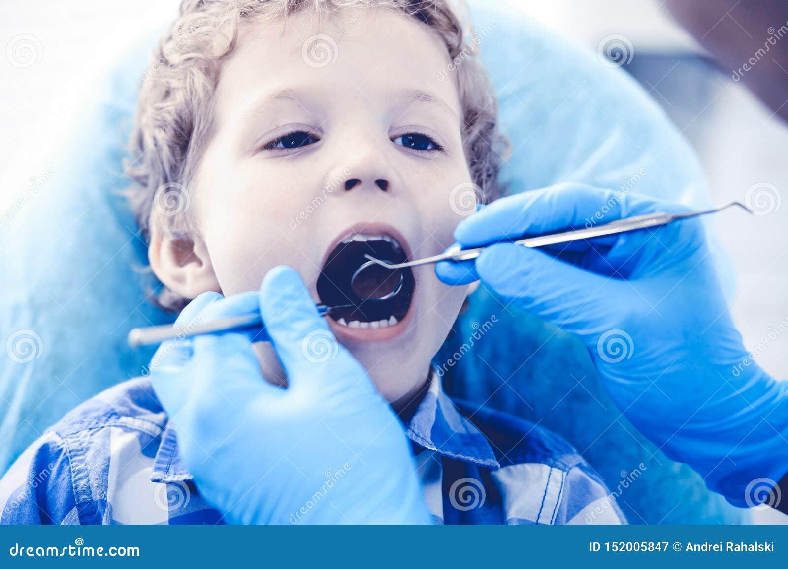 Medico e bambino paziente Ragazzo che fa i suoi esaminare denti con il concetto del dentista Medicine, di sanit? e di stomatologi